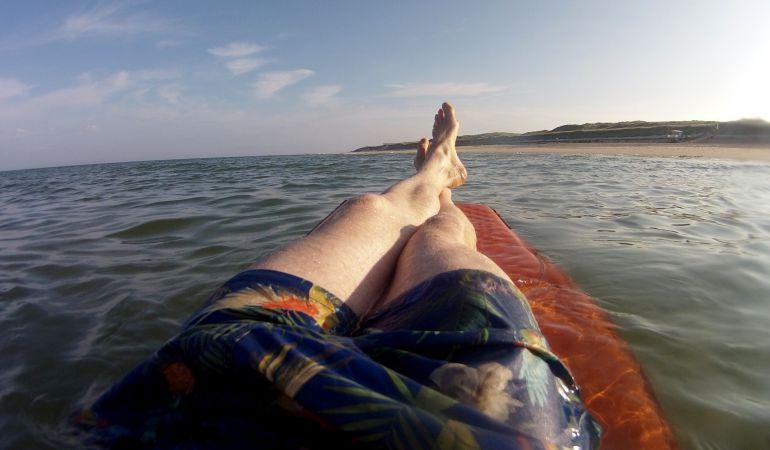 Un joven se duerme en la playa con una colchoneta en Ucrania y despierta en Crimea