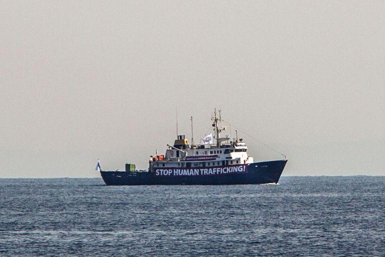 Un barco humanitario navega por el Mediterráneo.