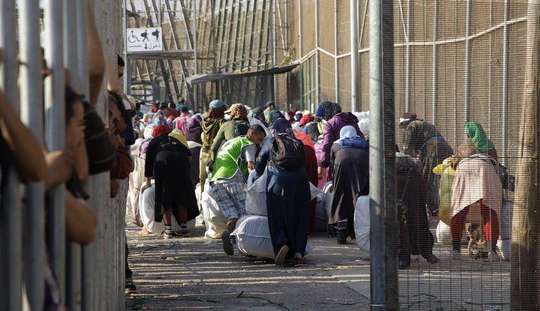 La marea de porteadores cargando grandes fardos se ha convertido en una de las imágenes singulares de la frontera sur de la Unión Europea (UE) en Melilla, un fenómeno que parece imparable pese a los intentos por controlarlo.