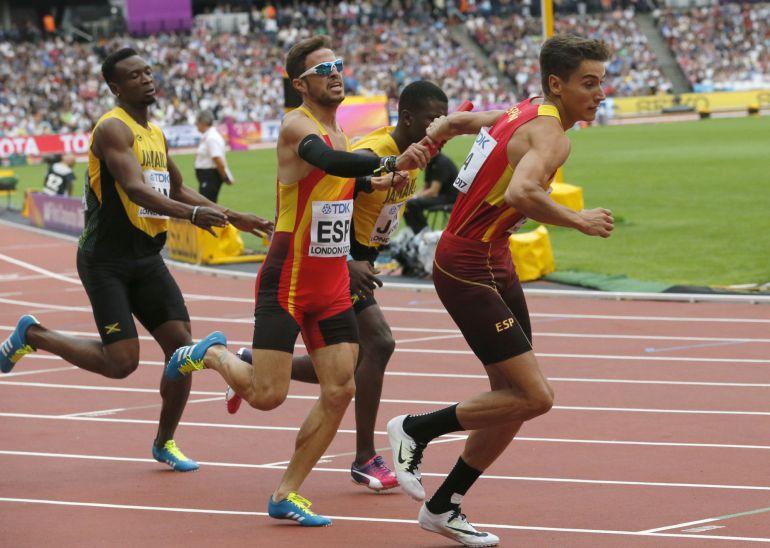 Los españoles Lucas Búa y Óscar Husillos durante la serie de relevos 4x400 metros de los Mundiales de atletismo.
