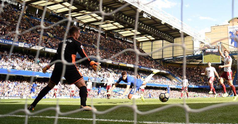Álvaro Morata cabecea a gol ante el Burnley