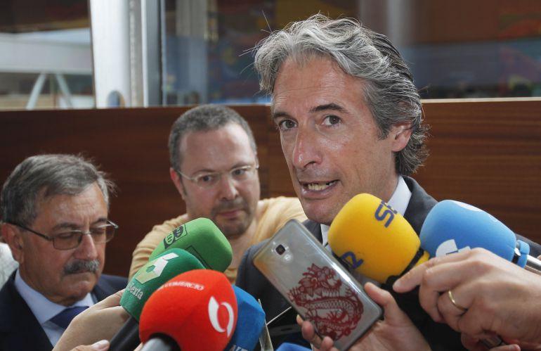 El ministro de Fomento, Íñigo de la Serna, realiza declaraciones a los periodistas