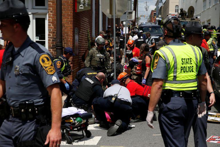 Personal sanitario atiende a los heridos tras el atropello de Charlottesville