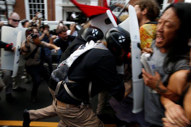 Choques entre manifestantes en Charlottesville