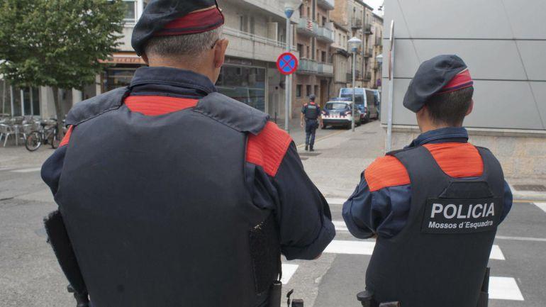 Dos miembros de los Mossos d'Escuadra.