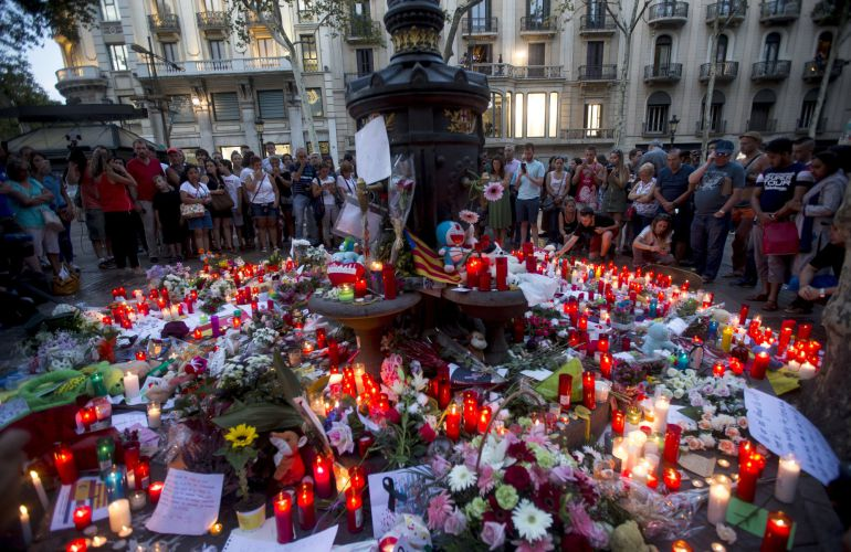 Flores y velas depositadas por los ciudadanos en memoria de las víctimas del atentado.