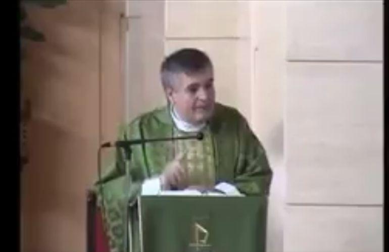 El párroco Santiago Martín durante un momento del sermón.