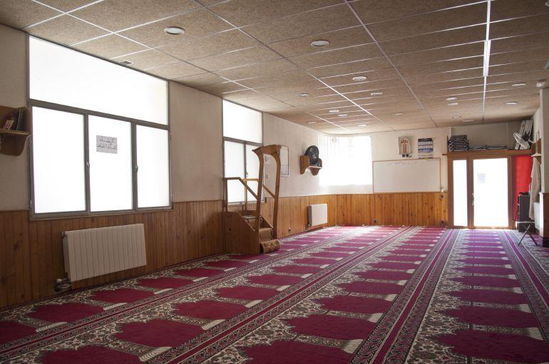 Interior de la mezquita Islámica Annour de Ripoll, en la cual el imán Abdelbaki Es Satty, presuntamente implicado en los atentados de Cataluña, guiaba las oraciones.