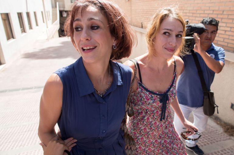Juana Rivas, junto a su hermana, a la salida este martes de los juzgados de Granada.