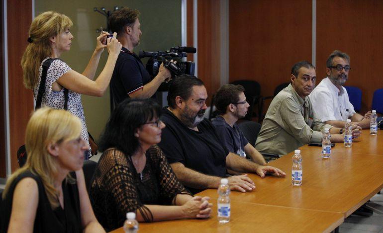 Los miembros del comité de empresa de Eulen durante una reunión con Marcos Peña, el mediador propuesto por el Ministerio de Fomento como árbitro que dicte el laudo obligatorio.