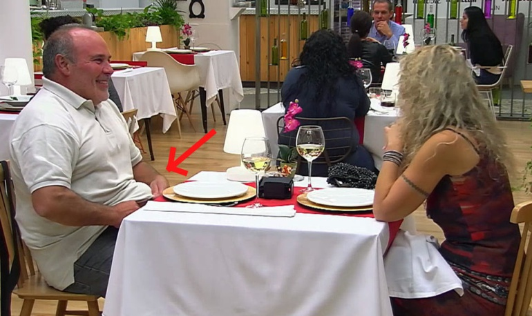 Alfredo roba un elemento decorativo de 'First Dates'