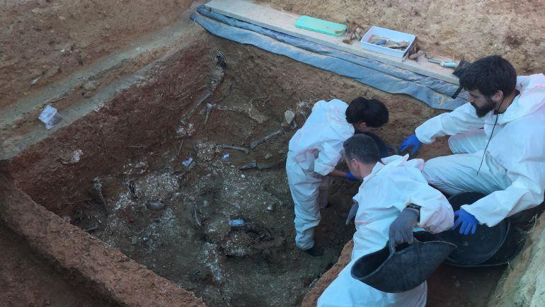 Excavación en una fosa del franquismo en Paterna (Valencia).