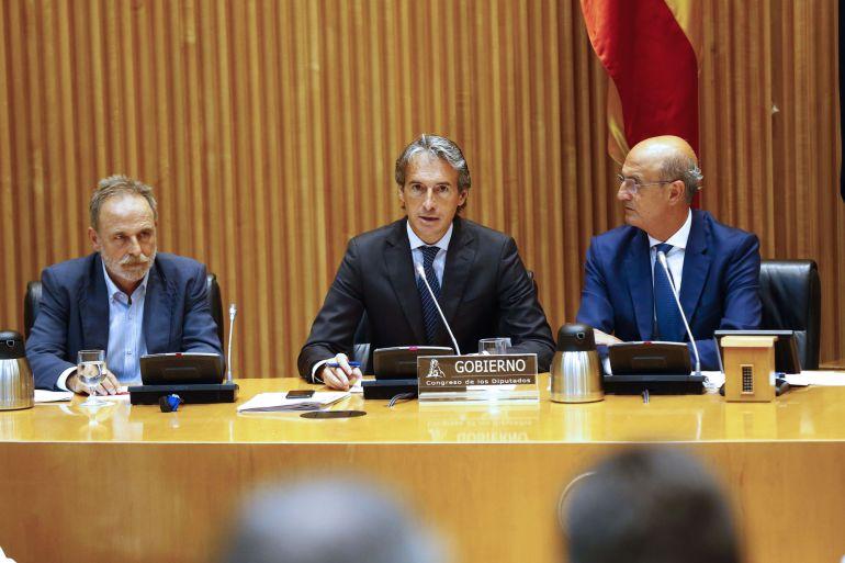 El ministro de Fomento, Íñigo de la Serna (c), ante el presidente de la Comisión, Salvador de la Encina (i), comparece ante la Comisión de Fomento del Congreso