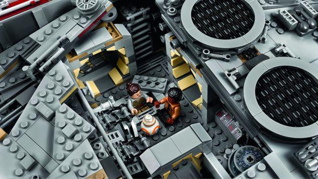 Finn, Rey y BB-8 en el Halcón Milenario.