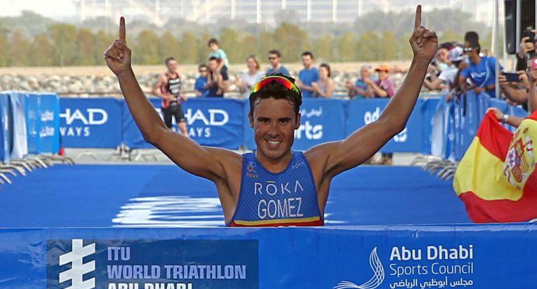 Gómez Noya levanta los brazos tras ganar en Abu Dhabi