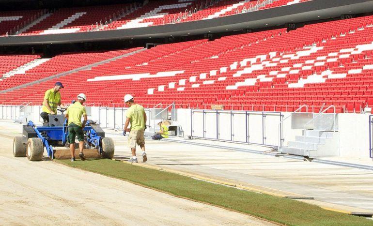 Primeros trozos de césped en el nuevo estadio del Atlético de Madrid