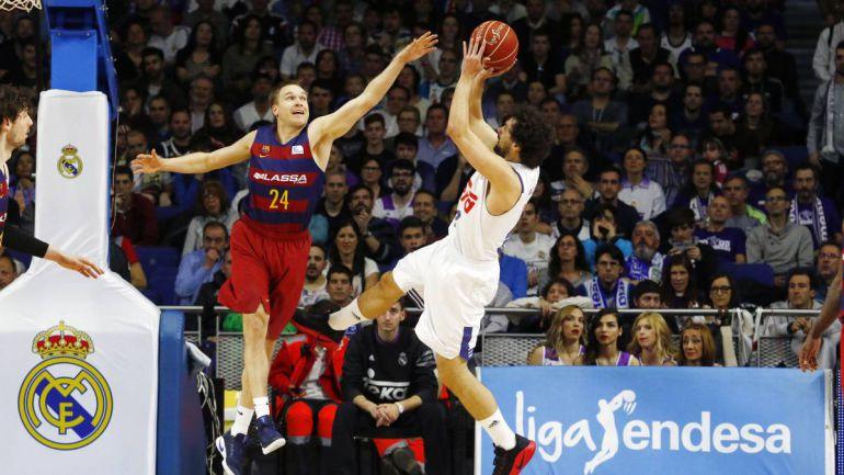Llull lanza a canasta en un Real Madrid - Barça de baloncesto