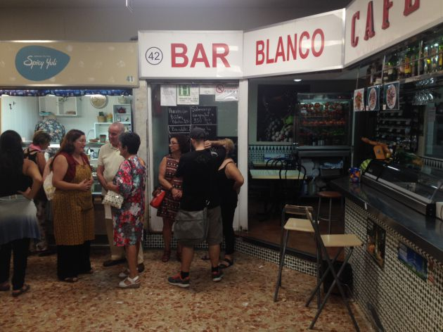 La inauguración del puesto Spicy Yuli en el Mercado de Los Mostenses, el pasado viernes, congregó a clientes habituales de la tienda.