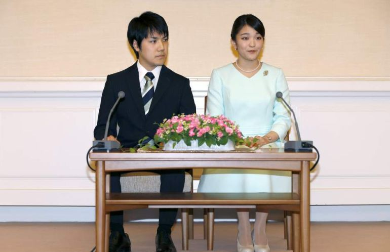 Kei Komuro y la princesa Mako, durante el anuncio de compromiso.