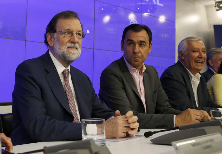 El presidente del Gobierno y del Partido Popular, Mariano Rajoy (i), junto al coordinador general, Fernando Martínez-Maillo (2d), y el vicesecretario Javier Arenas (d), durante la reunión de la Junta Directiva Nacional del partido
