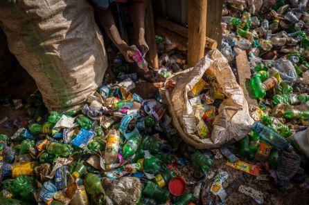 Miles de botellas de plástico se acumulan en un almacén de la ciudad ugandesa de Kampala.