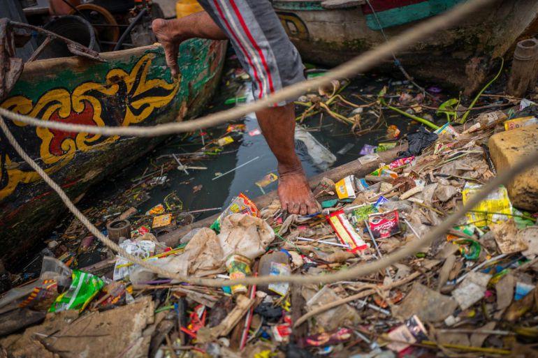 Acumulación de residuos de plástico en Yakarta. Indonesia y China son los dos países del mundo que más contribuyen a la contaminación del agua por el vertido de restos de plásticos.