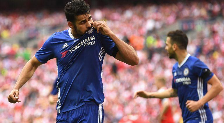 Diego Costa besa el escudo del Chelsea durante un partido de la pasada temporada