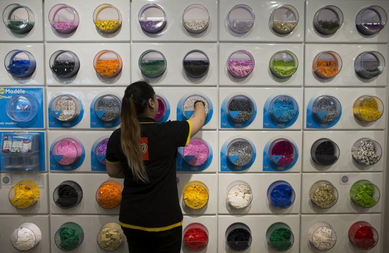 Fotografía de archivo que muestra a una empleada en una tienda en París, Francia.