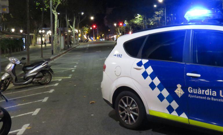 Coche de la Guardia Urbana cortando una calle de Barcelona la noche de los atentados