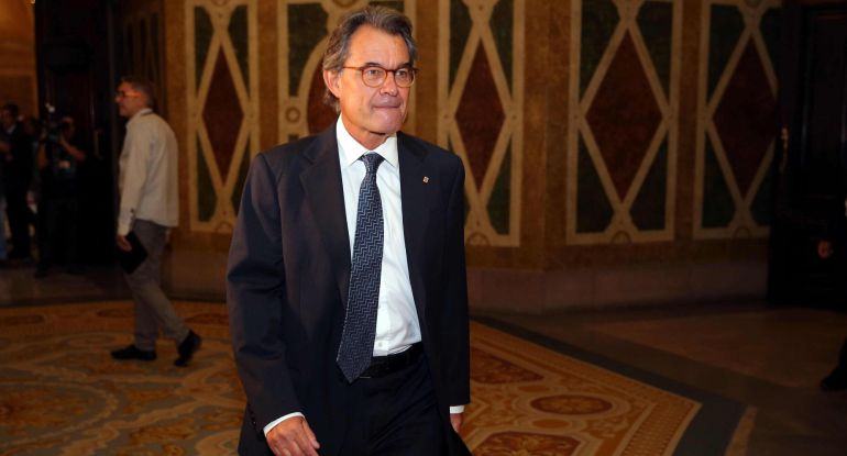 El expresidente de la Generalitat, Artur Mas, se dirige a la tribuna de invitados de la cámara catalana, para seguir el pleno del Parlament