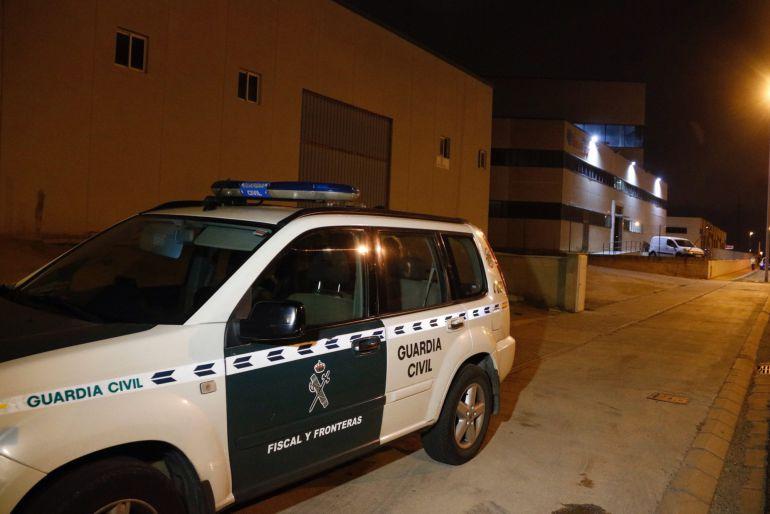 Un coche de la Guardia Civil, delante de una imprenta en el polígono de Constantí