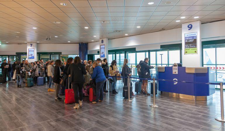 Pasajeros esperan en una puerta de embarque de Ryanair.