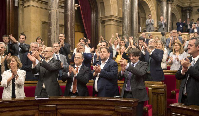 El presidente de la Generalitat, Carles Puigdemont mira a la presidenta del parlament Carme Forcadell, en un gesto de agradecimiento tras aprobar la Ley de Transitoriedad Jurídica en el parlament catalán.