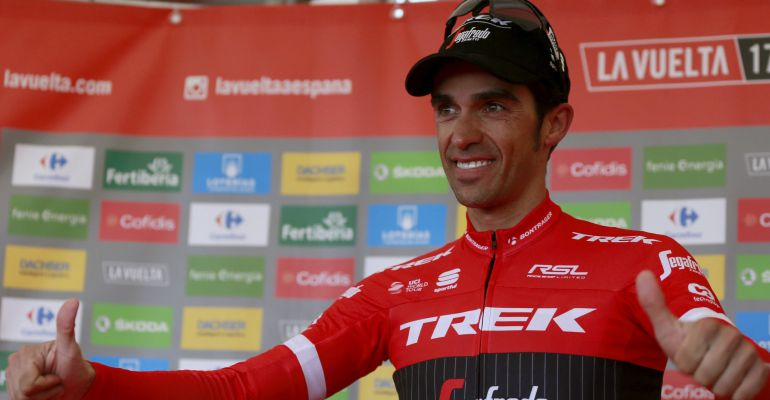 Alberto Contador celebra su victoria en el podio del Angliru