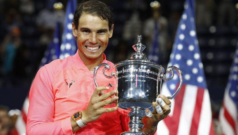 Rafa Nadal posa con el trofeo de campeón en Estados Unidos