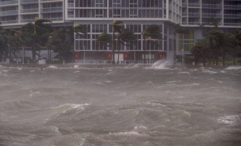Irma se degrada a categoría 3 en su camino al suroeste de Florida