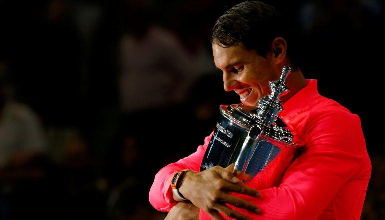 Rafa Nadal abraza su trofeo de ganador ante la expectación de la pista central