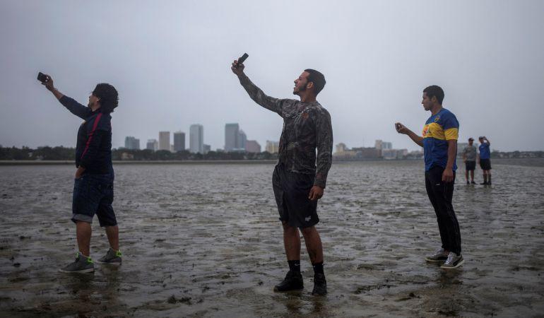 Habitantes de Tampa (Florida) fotografiando las consecuencias de Irma.