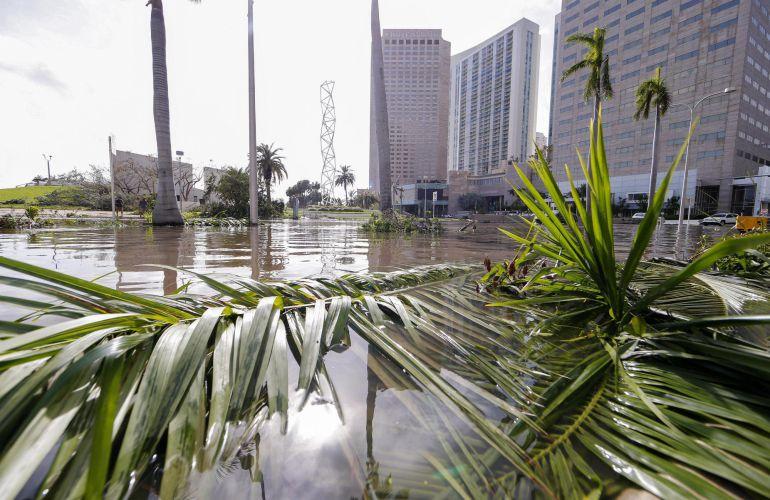 Vista de unas calles inundadas en Biscayne Boulevard tras el paso del huracán Irma en Miami, Florida.
