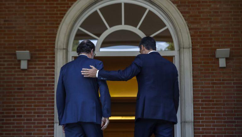 El presidente del Gobierno, Mariano Rajoy (i), y el secretario general del PSOE, Pedro Sánchez, durante su encuentro en Moncloa