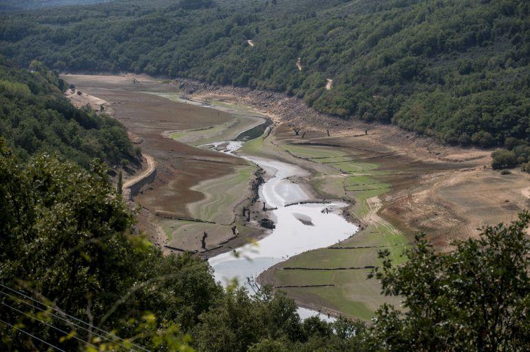 Este es el estado que presenta el caudal del río Camba a su paso por Viana do Bolo (Ourense).