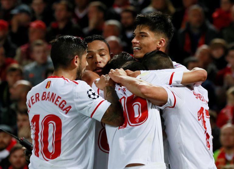 Los jugadores del Sevilla celebra el gol de Correa en Anfield