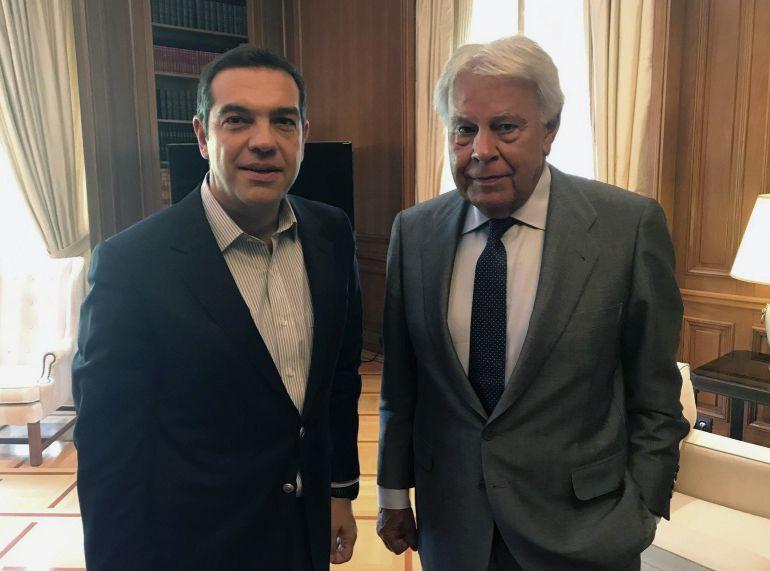 Fotografía facilitada del expresidente del Gobierno español Felipe González (d) con el primer ministro griego, Alexis Tsipras (i), en un encuentro privado