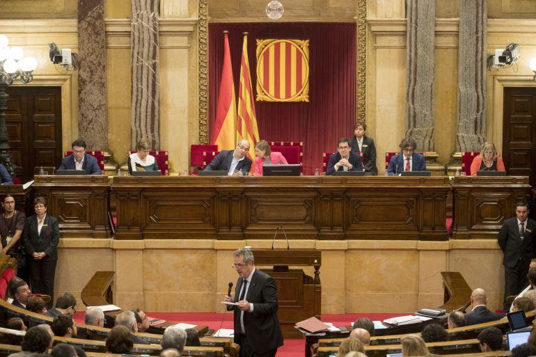 El conseller de Interior, Joaquim Forn, responde esta tarde a una pregunta en la sesión de control que se celebra en el Parlament de Cataluña