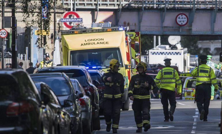 Miembros de los servicios de emergencia acordonan la zona de la estación de metro Parsons Green en Londres (Reino Unido).