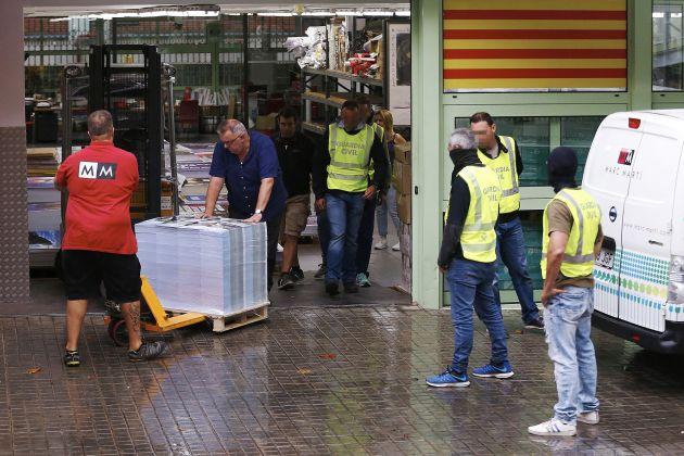 La Guardia Civil ha intervenido cerca de 100.000 carteles de publicidad.