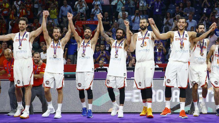 Los jugadores españoles posan con la medalla de bronce