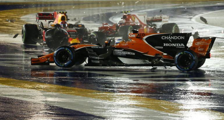 Fernando Alonso recibió un golpe en la primera curva del GP de Singapur, a la que llegó en tercera posición después de una gran salida.