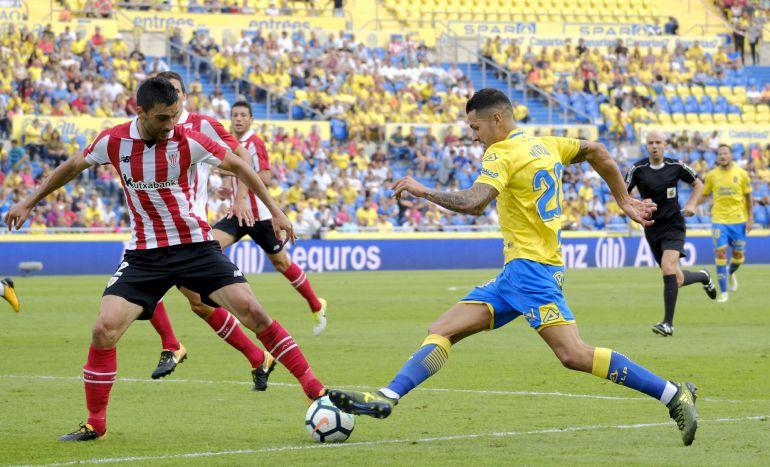El centrocampista de Las Palmas Vitolo trata de superar a Bóveda, del Athletic de Bilbao.