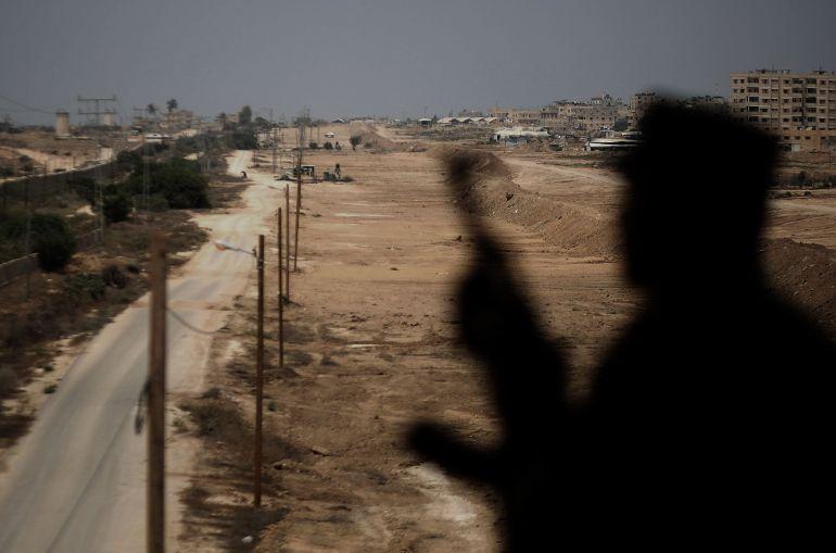 La silueta de un guardia de Hamás en la frontera entre Egipto y Gaza